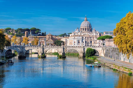 Rome Skyline with Vatican St Peter Basilica at sunny autumn day, Rome Italy. 免版税图像 - 151124362