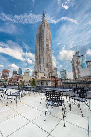 Rooftop cafe overlooking the Empire state building, Manhattan, New York City. 新闻类图片