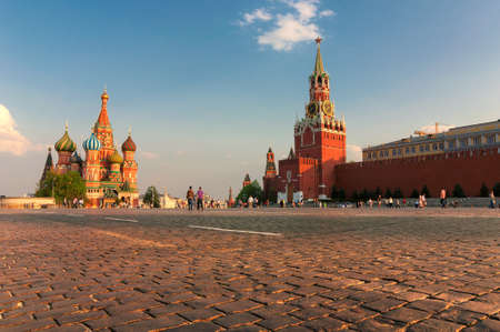 Red square in Moscow at sunset with Kremlin Wall and St Basil Cathedral. Moscow Russia. 免版税图像