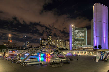 Toronto City Hall and Toronto Sign on Nathan Phillips Suare in downtown at night, in Toronto, Ontario, Canada 新闻类图片