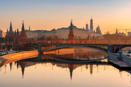 Moscow skyline at sunrise with Kremlin reflection on Moscow river. Kremlin with Kremlin Wall and towers. Moscow Russia. 免版税图像 - 152428719