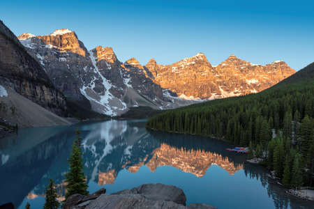 Moraine lake at sunrise, Banff national park, Alberta, Canada. 免版税图像