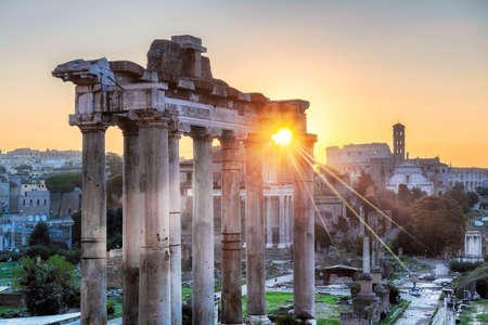Rome at Sunrise. Beautiful view of the Roman Forum ruins in Rome, Italy 免版税图像 - 152428802