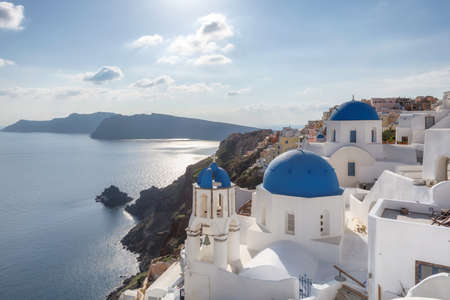 Beautiful Romantic view of Greek orthodox church with blue domes and sea in Santorini island, Greece. 免版税图像 - 155636024