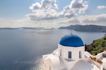 Beautiful Romantic view of Greek orthodox church with blue domes and sea in Santorini island, Greece. 免版税图像 - 155636029