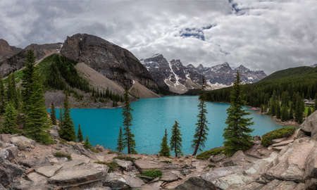 Panoramic view of Moraine lake in Banff National Park at cloudy day, Canada. 免版税图像