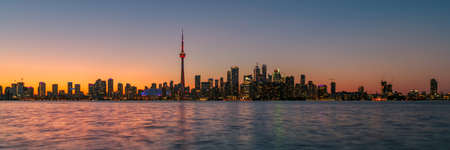 Panorama of Toronto at sunset with CN Tower over Ontario Lake, Canada 免版税图像