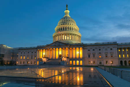 Night view of the US Capitol building in Washington DC, USA 免版税图像
