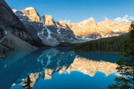 Beautiful sunrise over turquoise water of Moraine lake in the Rocky mountains, Banff National Park, Canada. 免版税图像