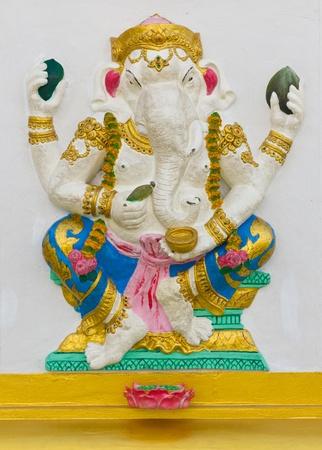 bas relief: Image avatar indien dieu Ganesha ou le nom de Dieu hindou Bhakti Ganapati en technique de faible relief de stuc avec des couleurs �clatantes, temple Wat Samarn, Tha�lande.