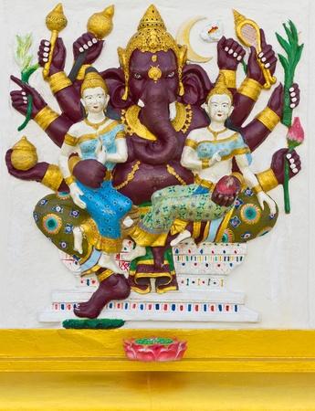 bas relief: Dieu indien Ganesha ou hindou Maha Ganapati le Nom de Dieu dans la technique de l'image Avatar stuc bas avec des couleurs vives, le Wat Samarn temple, Tha�lande.