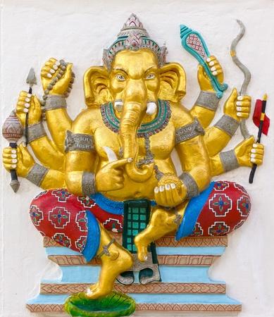 bas relief: Image avatar indien dieu Ganesha ou nom de Dieu hindou Duraga Ganapati en technique de faible relief de stuc avec des couleurs �clatantes, temple Wat Samarn, Tha�lande.