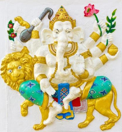 bas relief: Image avatar indien dieu Ganesha ou le nom de Dieu hindou Singha Ganapati en technique de faible relief de stuc avec des couleurs �clatantes, temple Wat Samarn, Tha�lande.