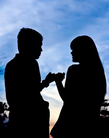 dedo me�ique: Primer plano la silueta de la pareja y hermoso cielo en la noche