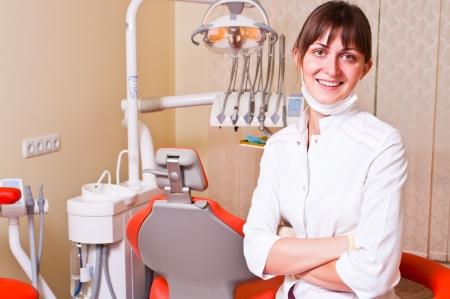 dentist s office: Dentysta mÅ'odych w jej biura, patrzÄ…c na przeglÄ…darkÄ™  Zdjęcie Seryjne