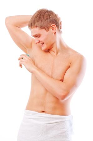 aseo personal: Detalle de un joven muscular utilizando un Antitranspirante aislado en blanco