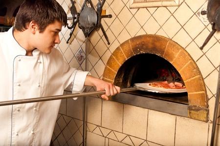 Ein Prozess der Vorbereitung Pizza von einem Koch Standard-Bild - 9583106