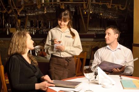 meseros: Un camarero teniendo a pedido de los clientes del restaurante
