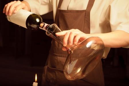 weinverkostung: Ein Sommelier Gie�en Rotwein in decantor