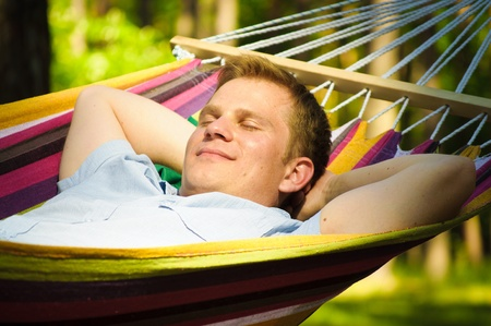 Junger Mann in einer Hängematte schlafen Standard-Bild - 10057887