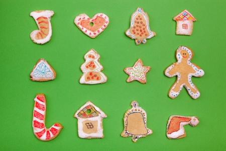 casita de dulces: Hecho en casa galletas de pan de jengibre sobre fondo verde