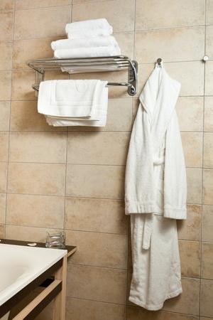 bathrobes: Este es un primer plano de algunas toallas y batas de ba�o Foto de archivo