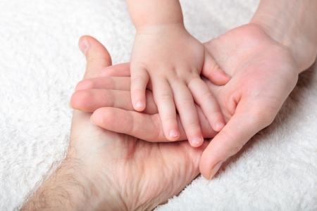 Close-up van baby hand in moeder en vader handen