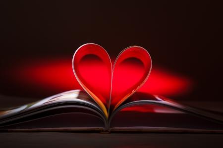Seiten des Buches in Form eines Herzens gebogen Standard-Bild - 15325047