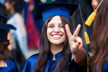toga: Imagen de un joven graduado feliz - tiro al aire libre Foto de archivo