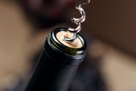 Eröffnung Flasche Wein mit Korkenzieher Standard-Bild - 16047933