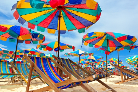 Beach chair and umbrellas on the beach - Kay Island, Thailand 免版税图像