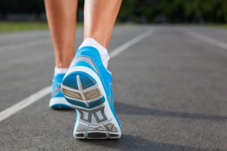 Runner Feet Laufen auf Stadium Closeup-Outdoor-shot Standard-Bild - 21695659