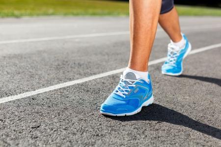 Runner Füße Laufen auf Stadium Closeup - Aussenaufnahme. Standard-Bild - 21975930