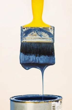 brocha de pintura: Pincel después de la inmersión en cubeta