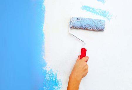 ローラー ブラシ塗装壁に手