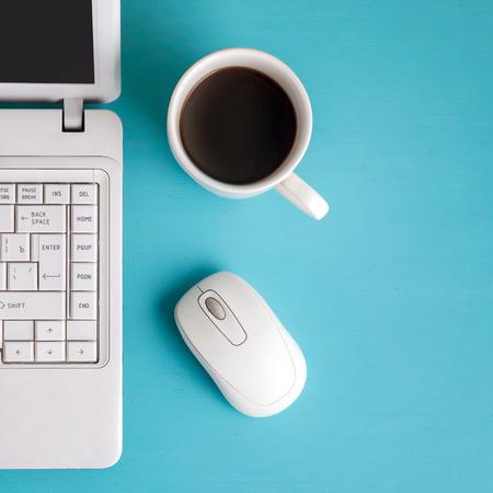 myszy: Biały laptop na stole - miejsce na tekst.