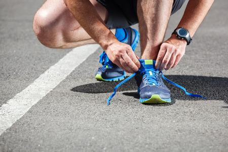 gens courir: Runner essayer des chaussures de course qui se pr�parent pour la course.