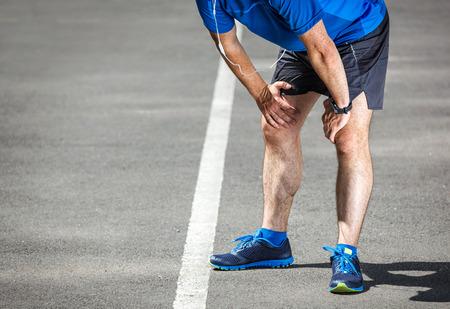 agotado: Cansado corredor masculino en reposo después del entrenamiento.