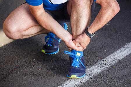 壊れた足首の捻挫・ スポーツ傷害を実行しています。 写真素材