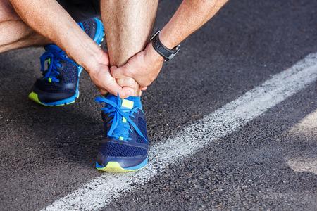 壊れた足首の捻挫 - スポーツ傷害を実行しています。