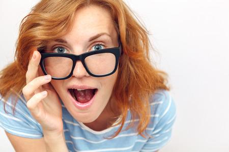 Mooie jonge vrouw met zwarte bril verrast Stockfoto