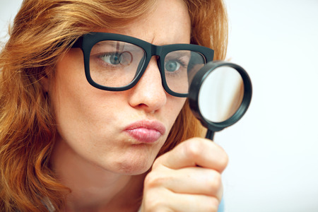 若いオタクは虫眼鏡を通して見る。