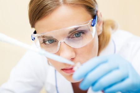실험실에서 샘플 작업 젊은 아름 다운 과학자. 스톡 콘텐츠