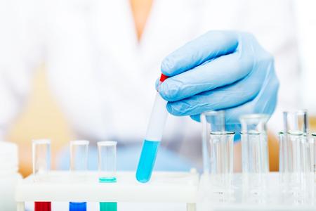 Close-up van een wetenschapper werken met monsters in het lab.