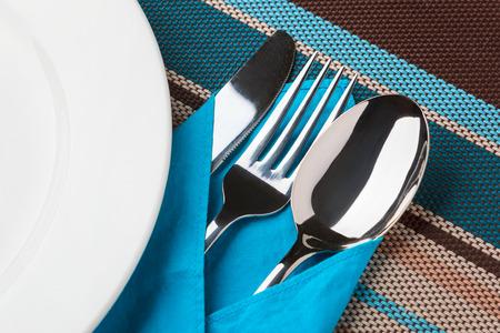 couteau fourchette cuill�re: Couteau, fourchette, cuill�re et la plaque sur la table.
