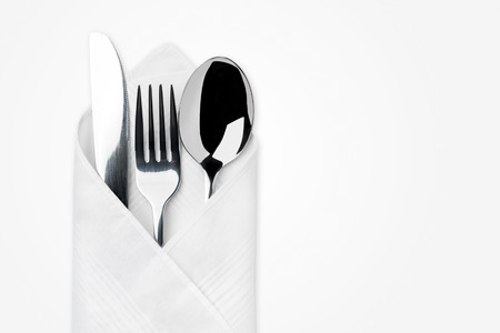 serviette: Cuchillo, Tenedor, cuchara aislados sobre fondo blanco.