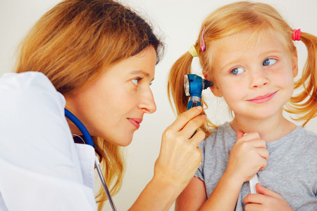 Kinderarzt Arzt Prüfung kleines Mädchen `s Ohren. Standard-Bild - 33608180