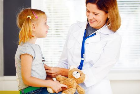 pediatrician: M�dico Pediatra examinando la ni�a. Foto de archivo