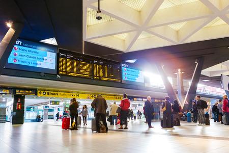 estacion de tren: NÁPOLES, ITALIA - 30 de noviembre 2014: La estación de tren de Napoli Centrale.