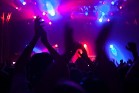 歓声を上げる群衆コンサートで楽しんで。